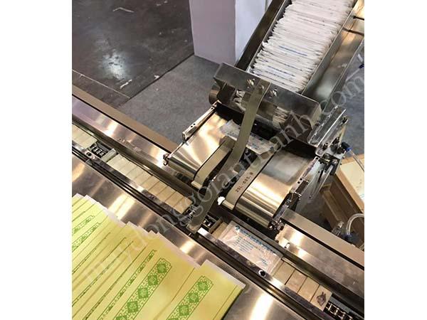 Máy đóng gói dao, muỗng, nĩa, khăn giấy tự động